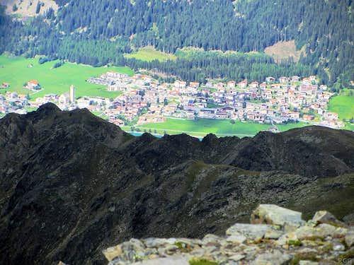 Zooming in on the village of Reschen from the Elferspitz summit