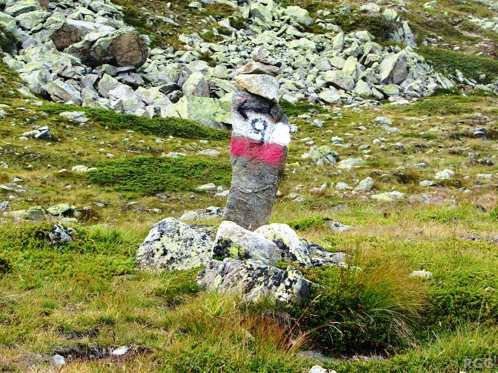 Route marker along the south side trail to the Elferspitz