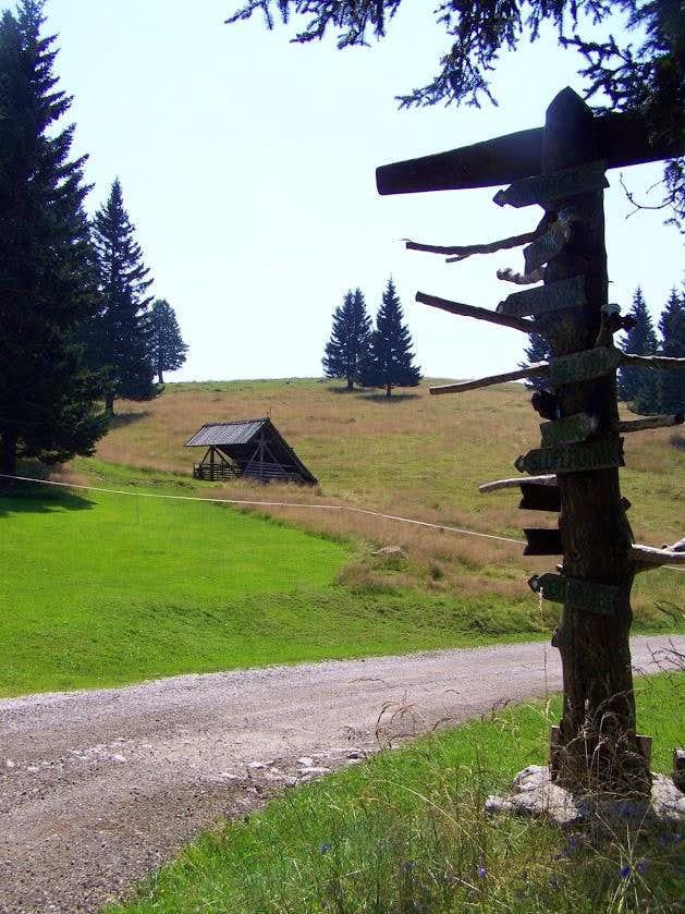 A crossroad post on Menina planina