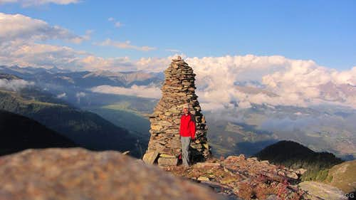 There is a huge cairn on the Tellakopf E ridge, about 500 m from the summit