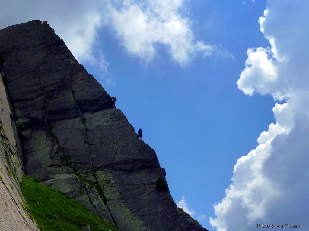 A team climbing Holzerkante, Sarner Scharte