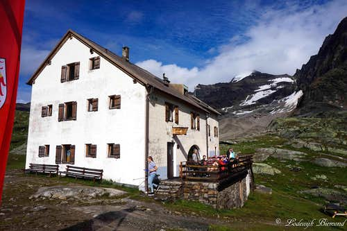Dusseldorfer Hut with Hoher Angelus (3521m)