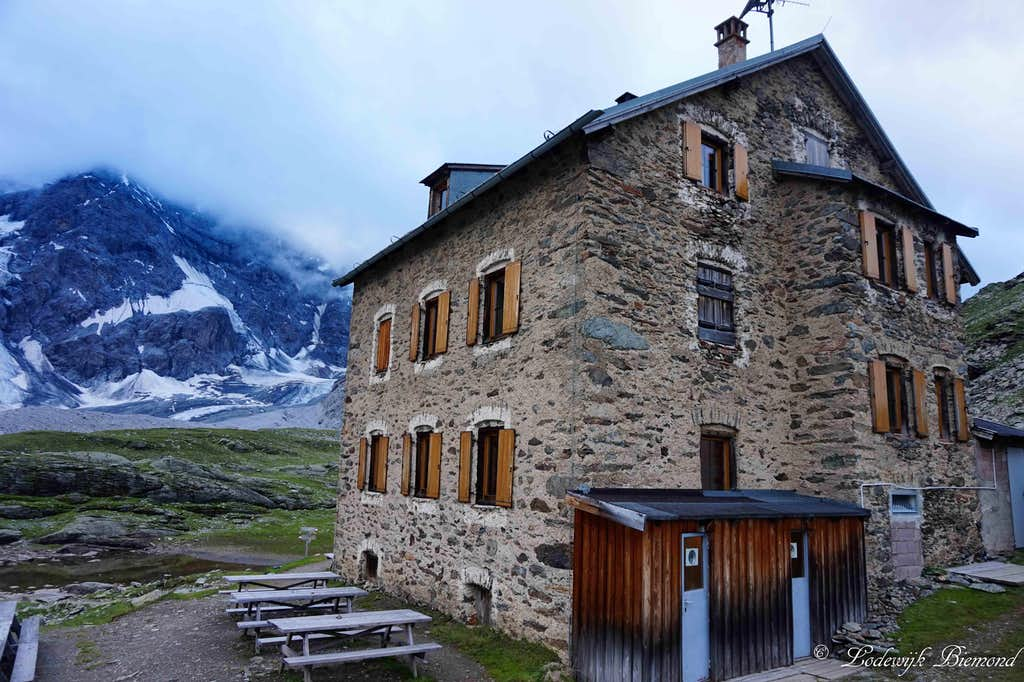 the Hintergrat Hut (2661m)