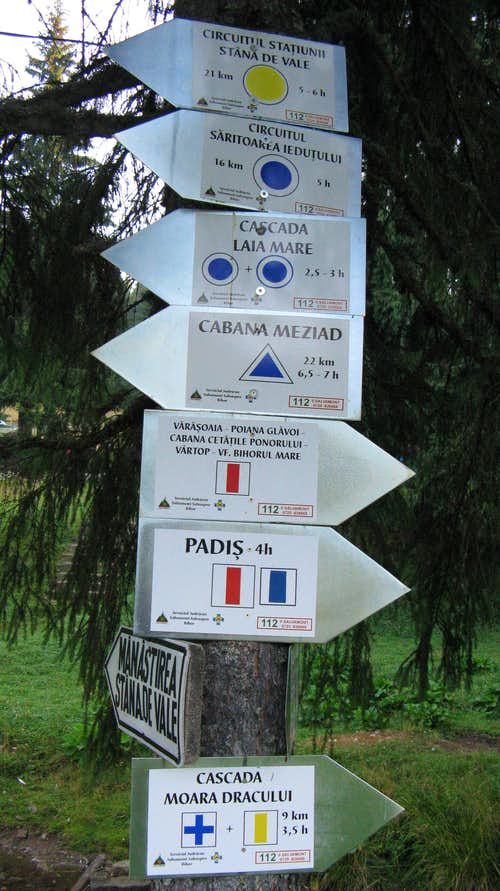 Signposts at Stâna de Vale resort
