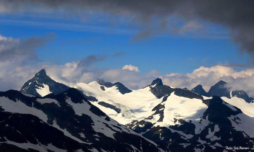 Rugged peaks towering in front of Kyrkja