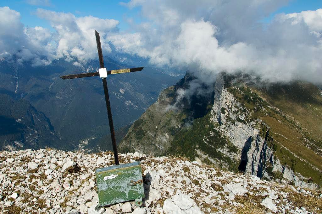 The somehow makeshift summit cross