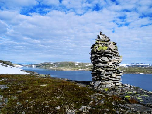 Big cairn on Prestesteinvatnet lake shore