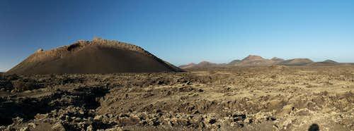 Montaña del Cuervo in front of the Montañas del Fuego
