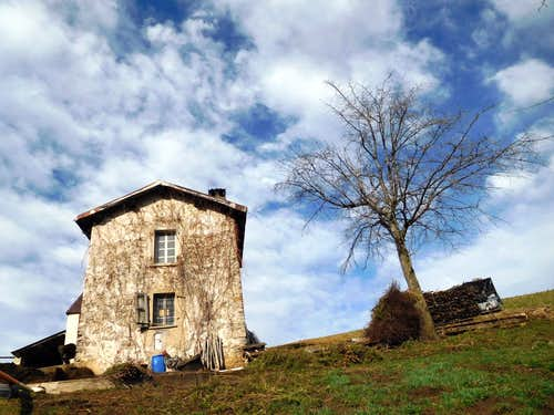 Country-house on the trail to Monte Caplone