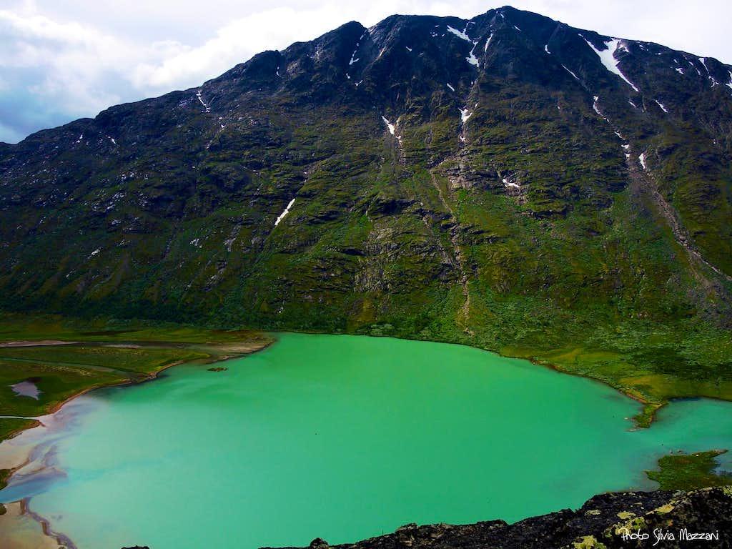 Øvre Leirungen lake, seen high on Knutshøe ridge